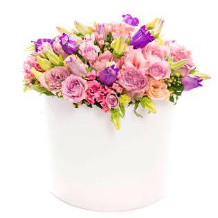 Цветы в коробке с лиляими