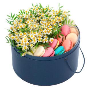 Цветы в коробке «Ромашки с макаронсами»